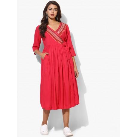 ярко розовое индийское платье с вышивкой на запахе